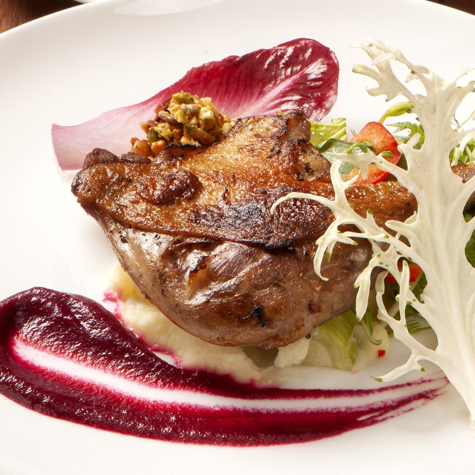 選べるメインディッシュ 01.鴨もも肉のコンフィ ビーツ、白ネギとジャガイモ、ピスタチオなど...3種のソースとともに