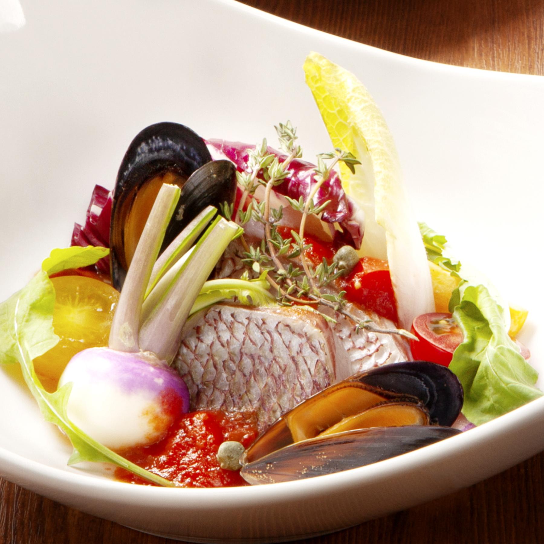 選べるメインディッシュ 02.真鯛とムール貝・季節やさいのアクアパッツァ風